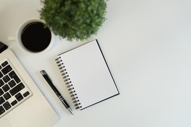 현대 컴퓨터 장치 세트-노트북, 태블릿 및 커피를 닫습니다 프리미엄 사진