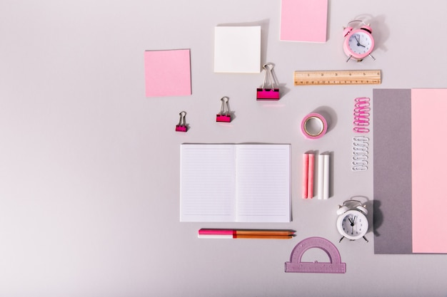 隔離されたパステルピンク色の仕事のための事務用品のセット。 無料写真