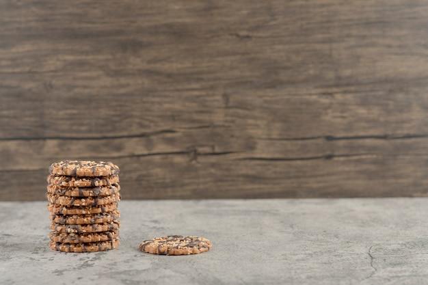 Набор сладкого вкусного печенья с шоколадным сиропом, изолированным на каменном фоне. Бесплатные Фотографии