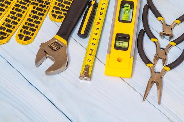 青いボード上のツールと作業用手袋のセット Premium写真