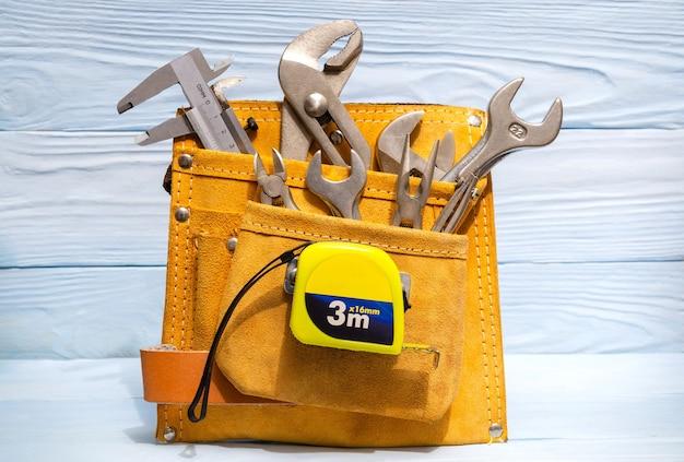 マスター配管工のためのスエードバッグのツールのセット Premium写真