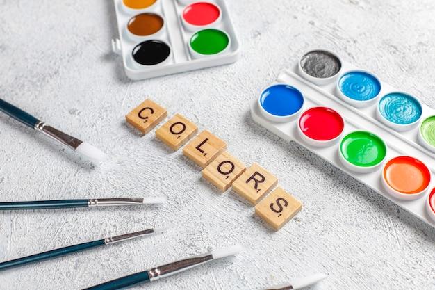 絵画用の水彩絵の具と絵筆のセットです。 無料写真