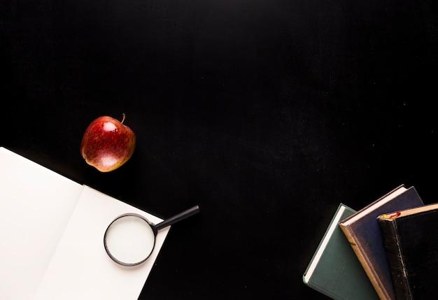 Set for reading on black desk Free Photo