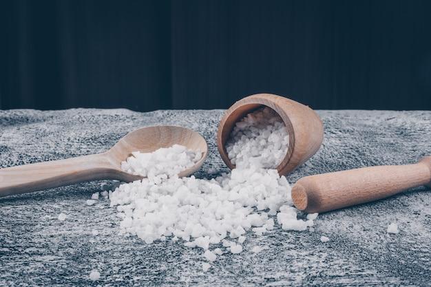 Set di mattarello e sale marino in una ciotola e cucchiaio Foto Gratuite