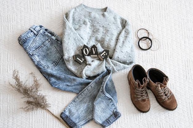 Комплект с модной женской одеждой джинсов и свитер. Бесплатные Фотографии