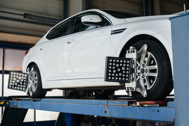 Setting and adjusting the camber on the vehicle. service station Premium Photo