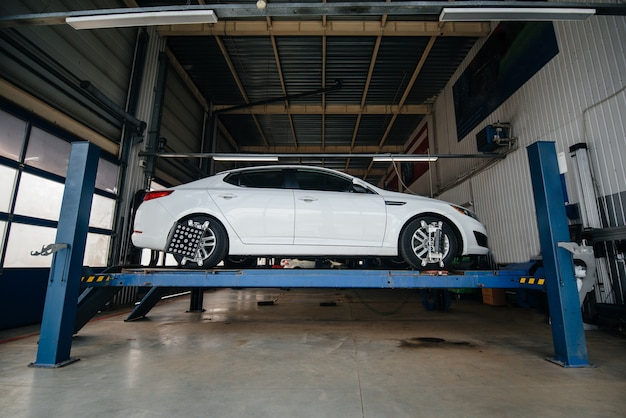 Setting and adjusting the camber on the vehicle. service station. Premium Photo