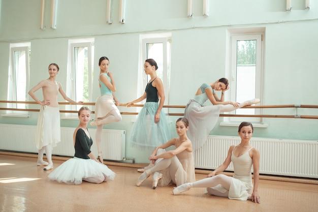 Le sette ballerine al ballet bar Foto Gratuite