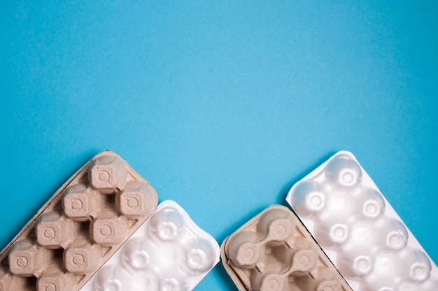 계란, 계란 상자에 대한 여러 거품 및 판지 포장 프리미엄 사진