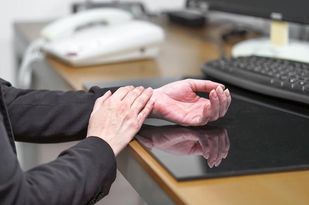 Сильная боль в руке женщины Premium Фотографии