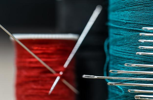 Fili da cucito di diversi colori con molti aghi Foto Gratuite
