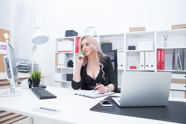 Картинки девушек на работе за компьютером липецк работа для девушек высокооплачиваемая