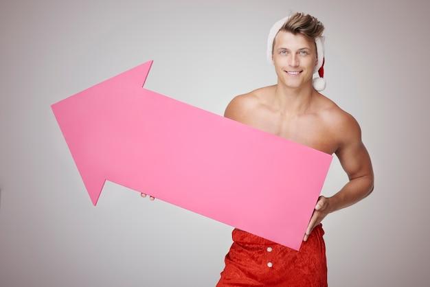 섹시한 남자와 큰 분홍색 화살표 무료 사진