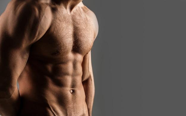 근육질 몸매, 누드 몸통, 피트니스 섹시한 남자. 남자 알몸, 근육질 남자, 몸통 남자. 아름다운 남성 몸통, Ab. 운동 백인, 6 팩, 가슴 근육, 삼두근. 공간을 복사하십시오. 프리미엄 사진