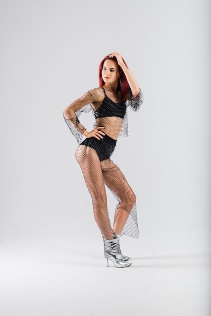 그녀의 아름다운 몸을 보여주는 섹시한 극 빨강 머리 댄서 프리미엄 사진