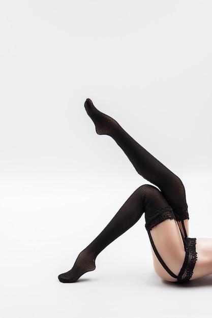 검은 레이스 란제리와 스타킹에 섹시한 실리콘 인형 여성 프리미엄 사진