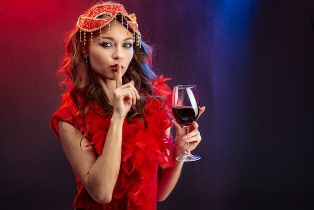 Сексуальная женщина в красном наряде
