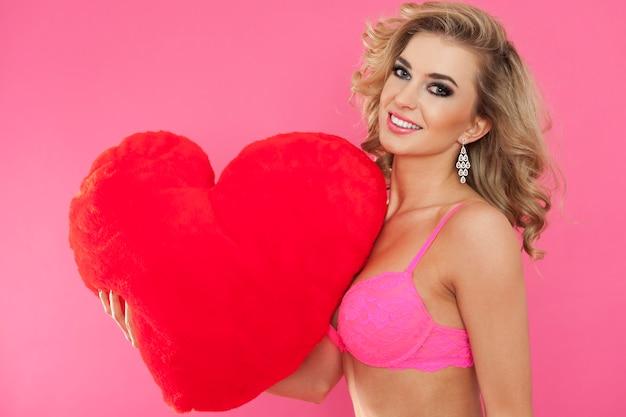 속옷과 큰 마음에 섹시한 여자. 해피 발렌타인 데이 컨셉 무료 사진