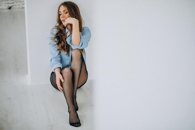 自宅で黒タイツのセクシーな女性モデル 無料写真