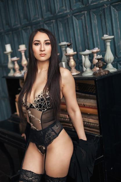 섹시 한 젊은 아름 다운 소녀 프리미엄 사진