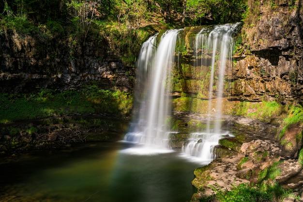 Водопад sgwd yr eira, pontneddfechan, нит, уэльс, великобритания Premium Фотографии
