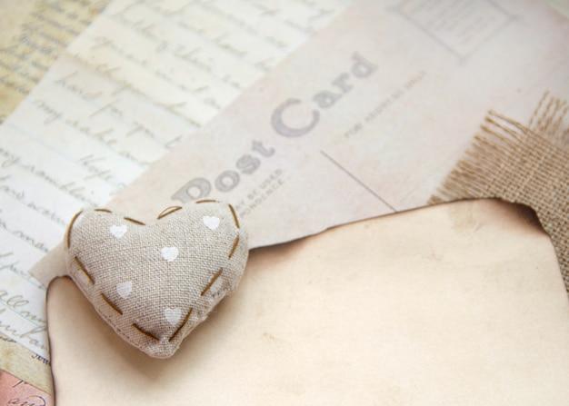 Потертое шикарное сердце на старинных бумагах Premium Фотографии