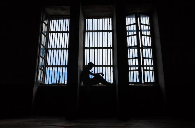 Тень мужчин, которые были заключены в тюрьму Premium Фотографии