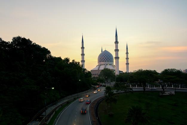 サラハッディンアブドゥルアジズシャーモスク(shah alam、selangor、malaysia) Premium写真