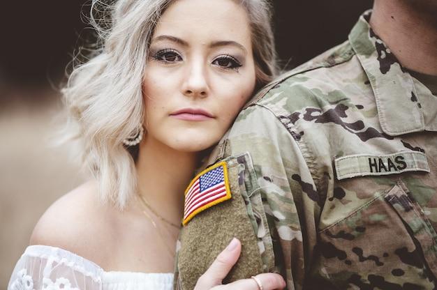アメリカ兵の腕を持った魅力的な女性の浅い焦点 無料写真