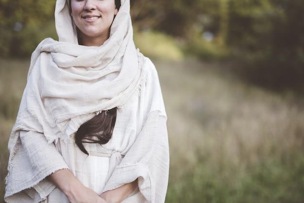 성경 가운을 입고 웃고있는 여성의 얕은 초점 샷 무료 사진