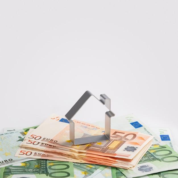 Shape of house and money Premium Photo
