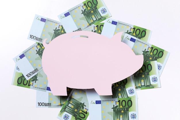 Forma di un salvadanaio circondato da euro Foto Gratuite