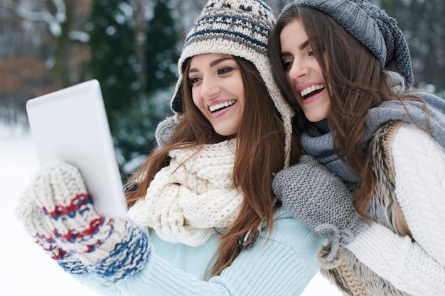Делиться своим фотоальбомом в интернете в зимний день Бесплатные Фотографии