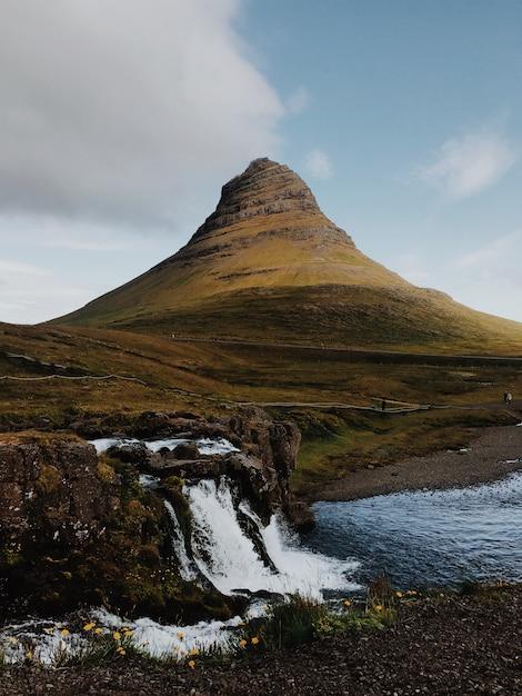 Острая гора и водопад Premium Фотографии