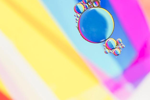 シャープで集中的な泡の島 無料写真