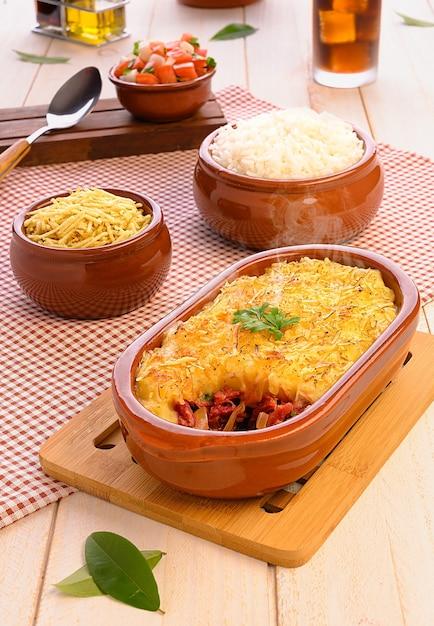Shepherd's pie (escondidinho de carne seca ) - brazilian traditional food Premium Photo
