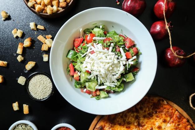 Овощной салат из овчарок с нарезанным сыром сверху Бесплатные Фотографии