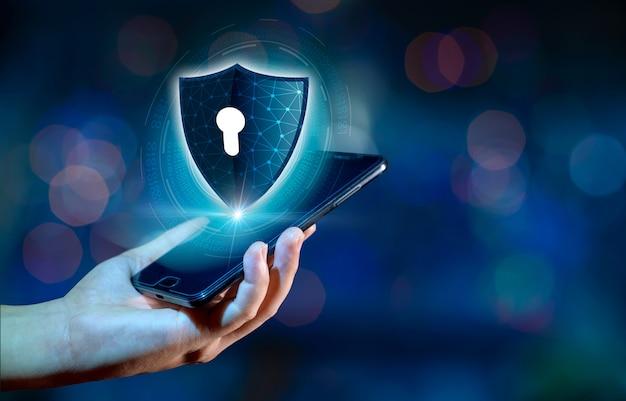 Интернет-телефон shield смартфон защищен от хакерских атак, брандмауэр бизнесмены нажимают на защищенный телефон в интернете. космическое сообщение Premium Фотографии