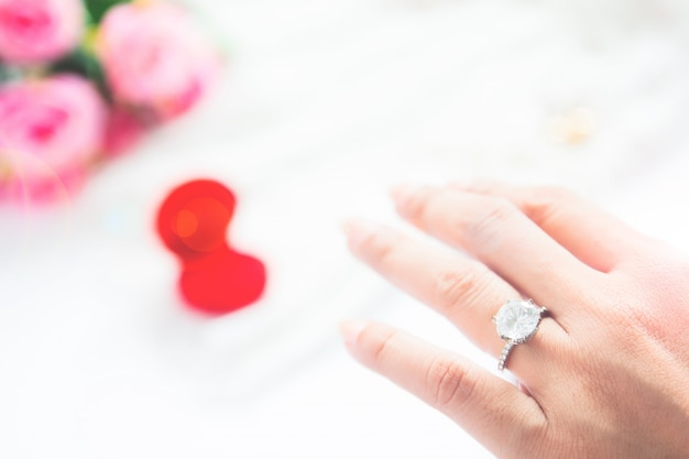 Shiny sparkle rings silver pink couple Premium Photo