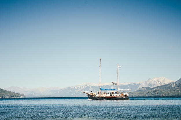 アルゼンチンのバリローチェ市の湖でセーリング船 無料写真
