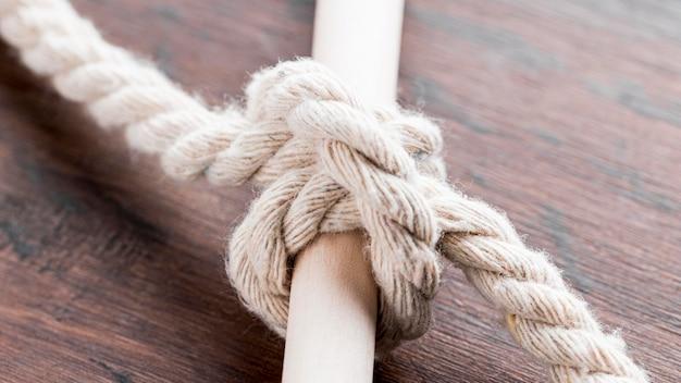 バーに結ばれた白いロープの結び目を出荷します。 無料写真