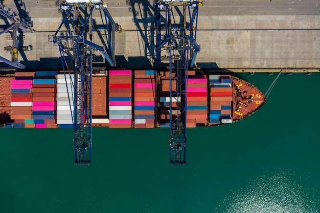 Перевозка контейнеров с погрузкой и разгрузкой в порту с высоты птичьего полета таиланд Premium Фотографии