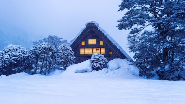 겨울의 시라카와 고 마을, 일본. 무료 사진