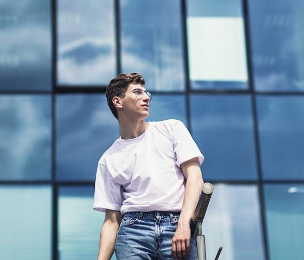 あなたのロゴのために男を模したシャツ Premium写真