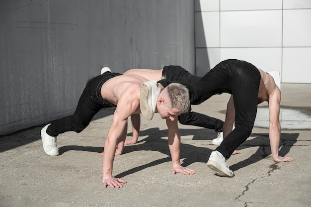 Артисты хип-хоп без рубашки танцуют на улице Бесплатные Фотографии