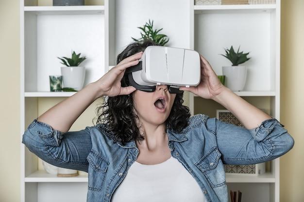仮想現実のヘッドセットでショックを受けた大人の女性 Premium写真