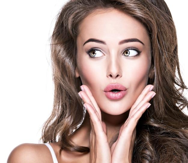 Bella donna scioccata con la bocca aperta che osserva. ritratto isolato del primo piano su fondo bianco Foto Gratuite