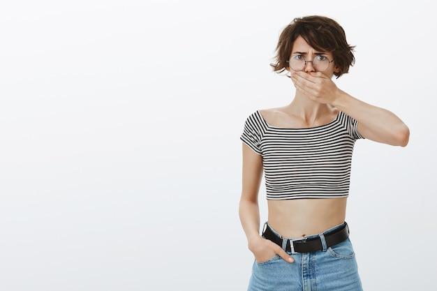 ショックを受けたうんざりした女性が口を閉じ、しかめっ面の失望 無料写真