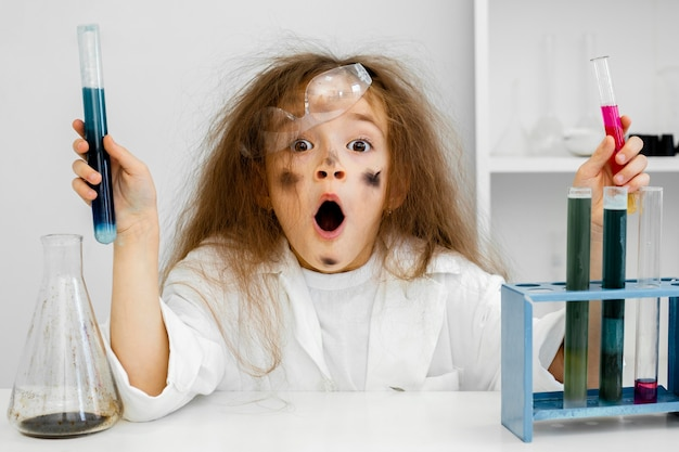테스트 튜브와 실패한 실험과 실험실에서 충격 된 소녀 과학자 무료 사진