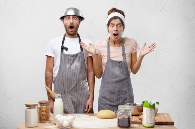 I cucinieri maschi e femmine scioccati si rendono conto di avere una scadenza Foto Gratuite